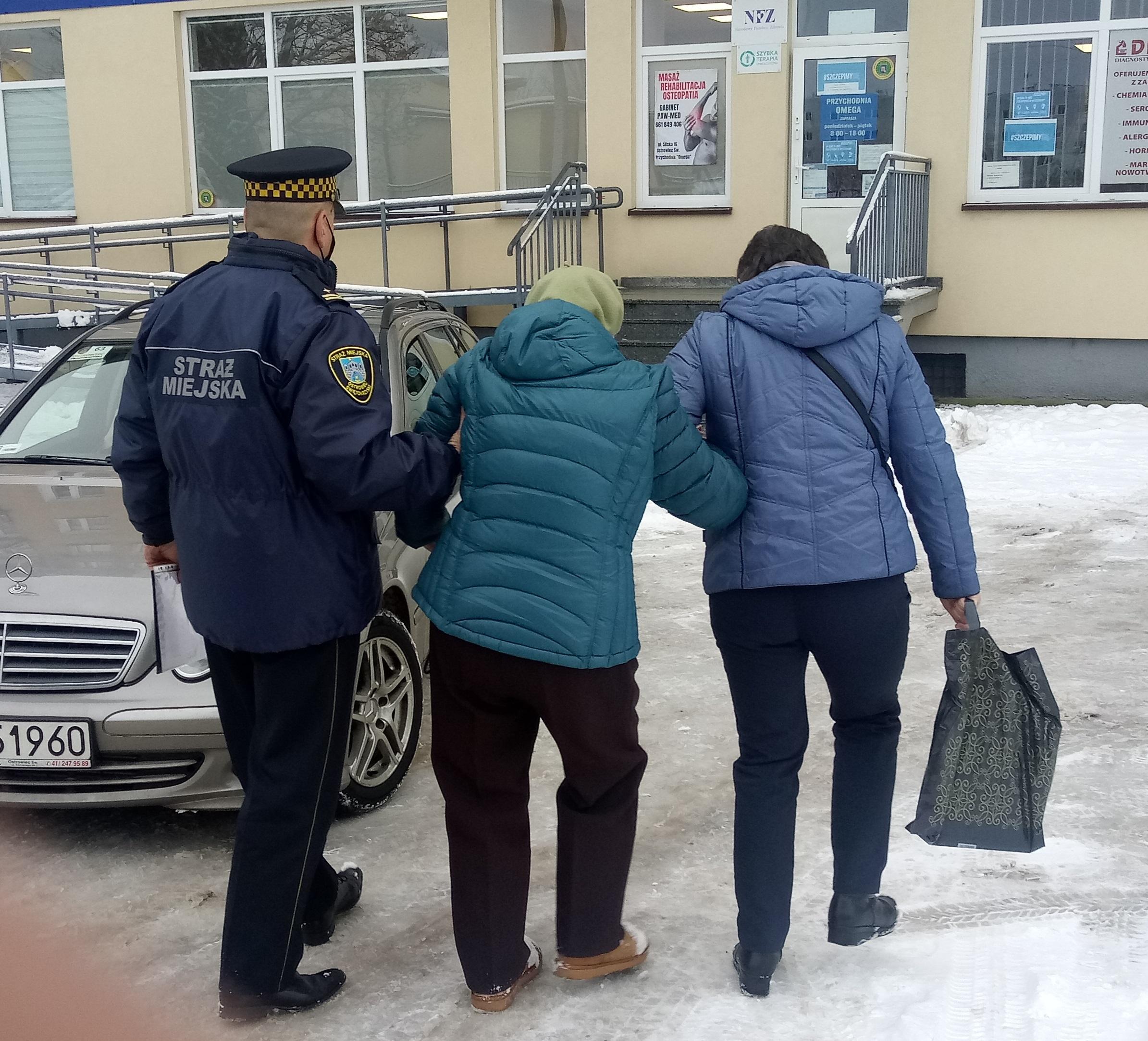 Strażnicy pomagają w szczepieniu seniorów.